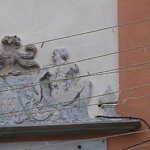 Un des rares portails en pierre sculpté encore visible à notre époque