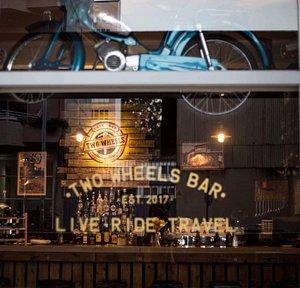 Two Wheels Bar é um espaço intimista para os amantes das duas rodas e de uma boa história.  Vem partilhar a tua conosco.