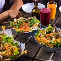Nuestros platos principales tienen versión en bun (bowl de fideos de arroz), bahn mí (sandwich en baguette), casado o ensalada.  Order our main courses as a bun (rice noodle bowl), bahn mí (sandwich using a baguette), casado (rice, salad and lentils) or a salad.