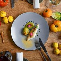 Menu Signature : Le Saint-Pierre, juste snacké, fleur de courgette farcie de langoustines, condiments d'une ratatouille et soupe de poissons anisée.