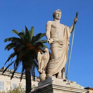 on peut y voir l'empereur auréolé de lauriers, vêtu d'une toge, et tenant le sceptre dans la main gauche et le rouleau du législateur dans la main droite.  Les proportions et la présence de l'aigle évoquent également le Dieu Jupiter.
