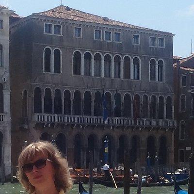 Она и Palazzo Ca' Farsetti, Via del Carbon, Венеция