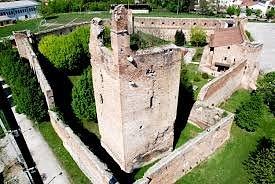 il castello e le sue mura di cinta