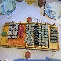 Kb 100 darab sushit ettünk meg 15 perc alatt négyen. Én, aki éltem Japánban, azt kell mondjam szuper volt... ár-érték arányban is elégedettek vagyunk.