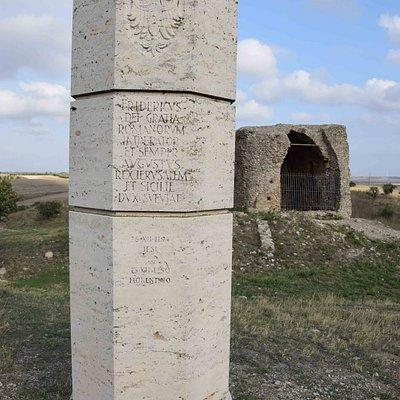 Sullo sfondo la torre ciò che resta , davanti la colonna di celebrazione che ricorda le date di nascita e di morte di Federico II