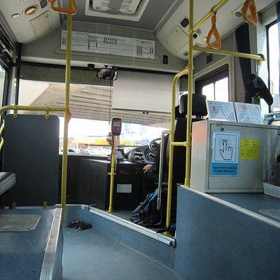 10バスの中・前側