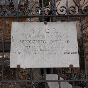 Sepolcreto Ostiense(オスティエンセのネクロポリス)は、サン・パオロ・フオーリ・レ・ムーラ大聖堂の幹線道路を挟んで東側にある古代の墓地(ネクロポリス)遺跡です。ローマ市による案内では団体のみ有料ツアー式の見学が可能なようです。サン・パオロ・フオーリ・レ・ムーラ大聖堂には聖パウロの棺(墓?)があることで知られていますが、目の前の墓地だけに関係があるのかも知れません。美術的価値のある棺や飾りはカピトリーノ美術館に保管展示されているとのことですが、柵越しとは言え遺体を置いたと思われるレンガ造りの棚などを見ることが出来ました。