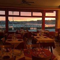 Salle de restaurant au levée de soleil