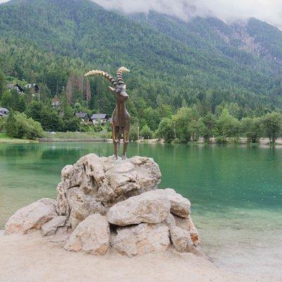 Statua koziorożca nad jeziorem Jasna