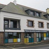 L'Office de Tourisme de Cléder est installé à la Maison des Services au Public et du Tourisme. Porte d'entrée privilégiée pour un conseil éclairé et qualifié, il conserve ses missions auprès des habitants et des touristes.
