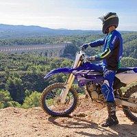 Ecole de motocross à 10 min d'Aix-en-provence, avec location de moto + équipements de sécurité pour adultes, ados et enfants (dès 6ans)