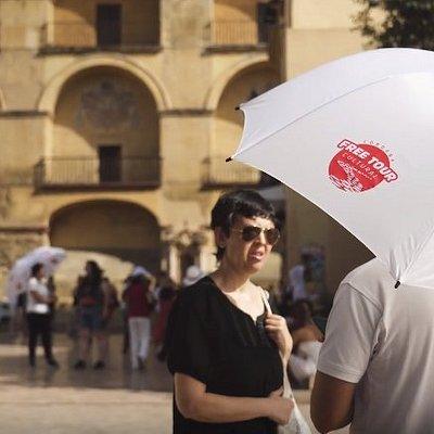Nos encontramos en la Plaza del Triunfo ¡Busca el paraguas blanco!