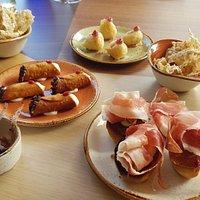 benvenuto dello chef: olive caramellate, cannoli salati, chips di farro e alici, baccalà fritto con maionese al lampone, pan brioche al prosciutto