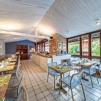 Espaço interno e climatizado do Netun Restaurante.
