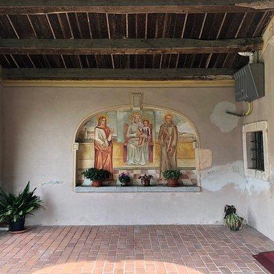 Vista laterale del Portico  con il suo affresco ...
