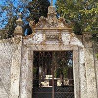 Al lado el cementerio.