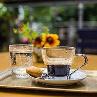kávé a teraszon
