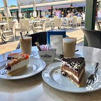 Un rico desayuno con una porción de tarta de selva negra y otra de yogurt y frutas de estación