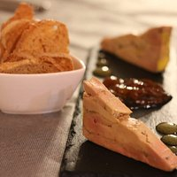 Foie micuit amb melmelada àcida de raïm i gotes de pinya