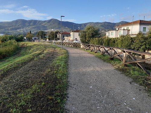 tratto sterrato della ciclabile con vista panoramica verso le colline del Montalbano