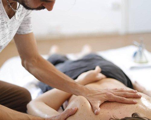 Te pasa de tener  tensión o ardor en la zona de tu cintura escapular después de tu día de trabajo ?   Frecuentemente las causas son una mala postura, carencia de ejercicio o sobrecarga por deporte.  Este dolor en el omóplato es causado por músculos tensos y puntos gatillo.  Masajeando  con la técnica de presión-movimiento. facilitamos el  deslizamiento  , calentando la zona  ante de ablandar la musculatura dolorida .
