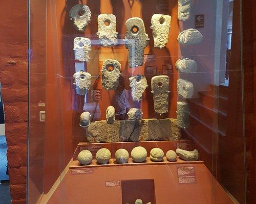 En una vitrina se exhiben algunas de las piezas líticas utilizadas en la construcción