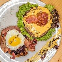 Petrarca: Classico burger americano con cipolle caramellate e tanto altro da scoprire!