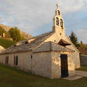 Вид церкви. Сзади и справа - православное кладбище со старинными захоронениями.