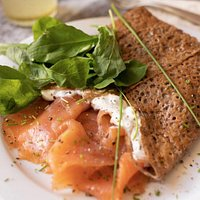 Crepe de salmon ahumado, queso crema, ciboulette y rucula