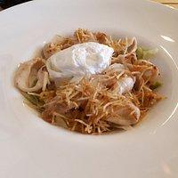 Тёплый салат с кальмаром, яйцом пашот и ореховым соусом