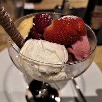 Dessert  - is / sorbe med jordbär og bringebär