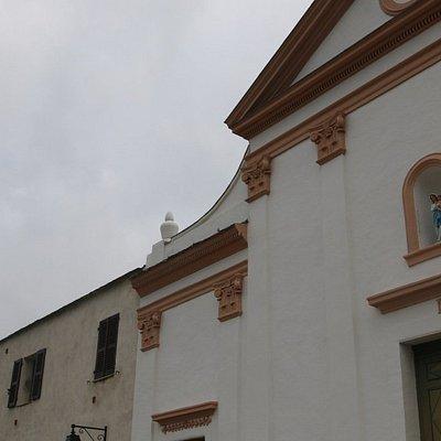 J'ai adoré la couleur de la façade de cette église qui est de couleur blanche avec des pointes de couleurs brunâtres.  Le maître d'œuvre, c'est Jean-Manuel Paoli et la maçonnerie, c'est une entreprise locale la SARL Franceshini.