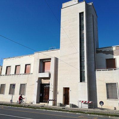 immagine da via Roma i profili sfalsati della facciata ne aumentano l'impatto visivo