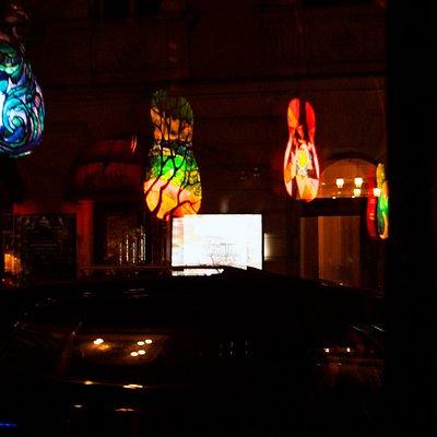 Oto widok z ulicy. Gitary są autorstwem Alicji Gołyziak i dumnie zdobią nasze ściany.