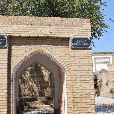 entrance arch on Polvon Kori Street