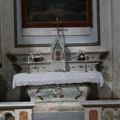 L'intérieur est orné de 6 chapelles latérales (Chapelle du Rosaire – Chapelle de la Vierge – Chapelle du Sacré Chœur – Chapelle Saint-Pierre – Chapelle Saint Joseph – Chapelle Saint Antoine) Le