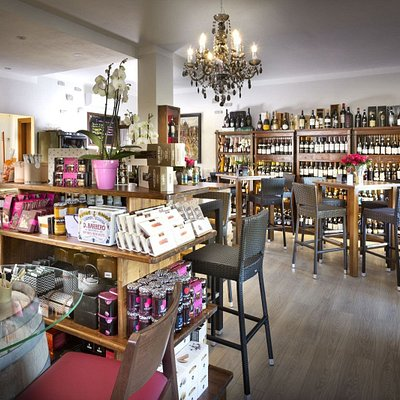 Il luogo perfetto se siete in zona in cerca di un buon bicchiere, un'ottima bottiglia o qualche delizia sarda