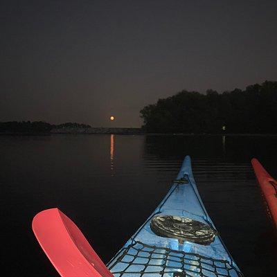 Sorge la luna piena sul lago