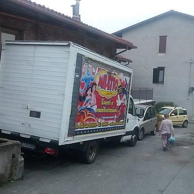 Camion compagnia teatrale Minetto fuori del teatro