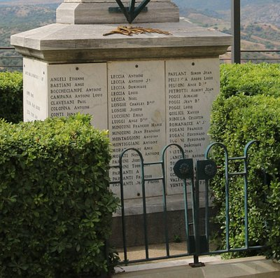 Il s'agit d'un monument aux morts entouré d'une grille avec une haie végétale. Sur celui-ci on peut y voir des palmes entrecroisées ainsi que  le nom et prénom des différents héros morts pour la France. Je regrette par contre le manque de panneaux explicatifs devant ce monument afin d'expliquer aux touristes que les critères de mobilisation pendant la guerre de 1914-18 n'étaient pas les mêmes sur tout le territoire. La Corse fut la seule à voir mobiliser jusqu'aux pères de six enfants.