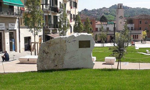 Il monumento visto dal lato opposto della strada