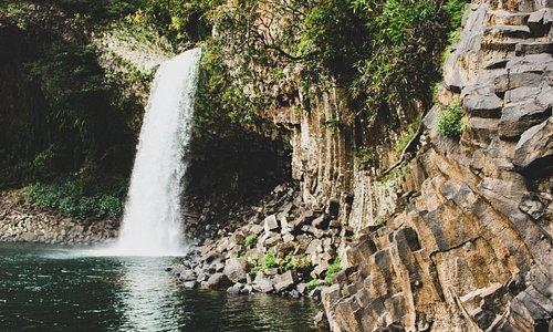 Il va falloir descendre mais à l'arrivée, le Bassin La Paix en vaut la peine ! Immanquable à La Réunion