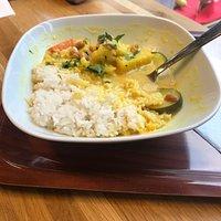 Gemüsecurry mit Reis ☺️ Geschmack und Preis/Leistung sind richtig gut. Personal sehr freundlich und sympathisch.  Tolles Extra, man kann die Suppen verkosten bevor man sich entscheidet eine zu nehmen. 👍🏻