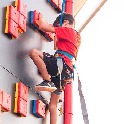 LA ESCALADA MÁS DIVERTIDA  ¿Te gustan los retos?  ¡CLIP 'N CLIMB es tu actividad! Un circuito de escalada que puede llegar a contar con 36 retos diferentes, al alcance de todos, que ofrece talleres divertidos de diferentes niveles. Sea cual sea tu edad, CLIP 'N CLIMB te sorprenderá y cautivará con sus retos físicos. Te garantizamos momentos inolvidables.