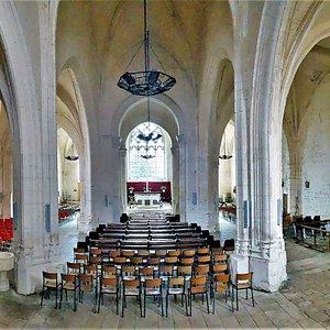Imposante et bien mise en valeur sur sa propre place, cette église fut construite au 14ème sur les fondation d'une église romane, dont il reste la travée du clocher et des éléments réemployés de façon quelque peu disparate