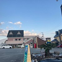 レストランみちしおは国道55号沿いの生見海岸にあり、民宿とレストランが併設されています。サーフィンに来られたお客様は、宿泊はもちろん、日帰りでの有料駐車場のみのご利用も可能、また、お食事だけのご利用も可能となっています。