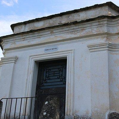 de l'extérieur, on peut y voir une Chapelle funéraire à chevet plat desservie par un escalier de distribution double.