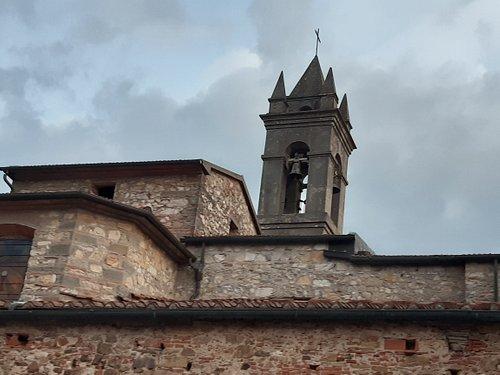 vista laterale dove domina il caratteristico campanile