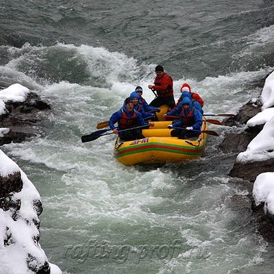 Зимний рафтинг на реке белой