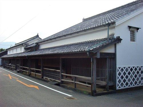 菊屋家は、江戸時代、毛利藩の御用を勤めた商家です。現存する大型商家としては最古の部類に属し、主屋や本蔵、金蔵など5棟が重要文化財に指定されています。